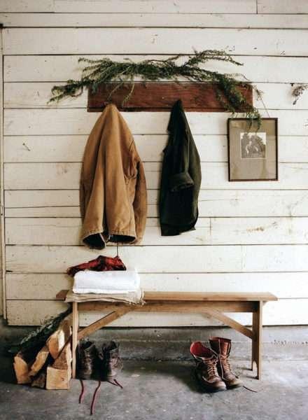 открытая вешалка в прихожей в скандинавском стиле