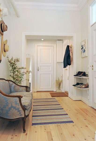 диван в прихожей в скандинавском стиле
