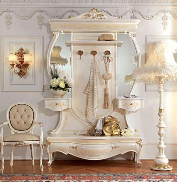 пастельные тона с золотом в прихожей в стиле барокко