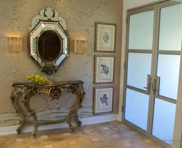зеркало с открытой полкой в прихожей в стиле барокко