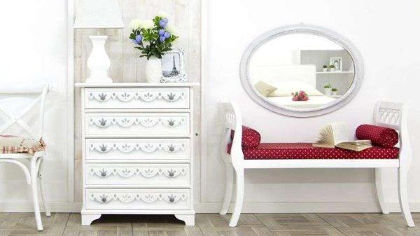 белые стены в прихожей прованс