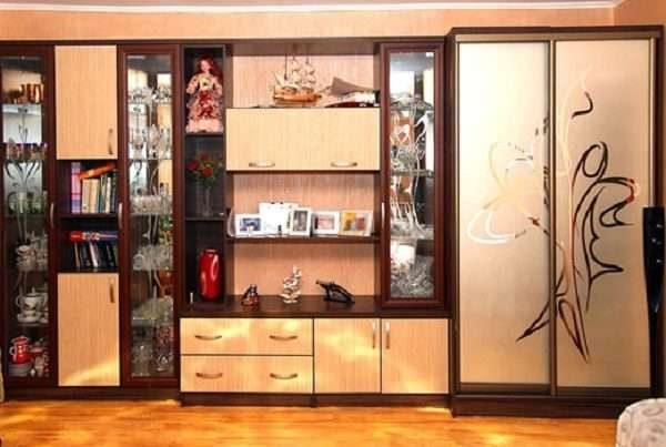 шкаф в гостиной в современном стиле