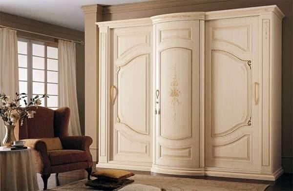 белый шкаф в гостиной в современном стиле классика