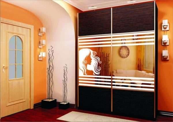 шкаф с пискоструйным рисунком в гостиной в современном стиле