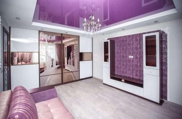 шкаф с зеркальными дверями в гостиной в современном стиле