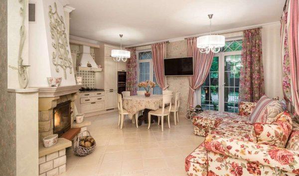 прованс в гостиной с сиреневыми шторами
