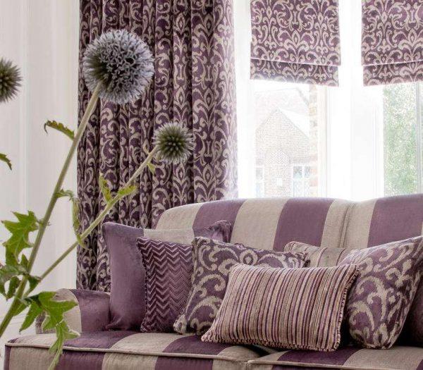 сиреневые шторы классического кроя и римские в гостиной