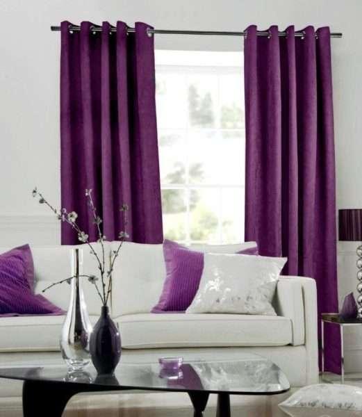 сиреневые шторы в интерьере гостиной с диванными подушками