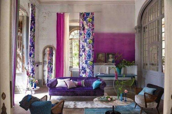 яркие сиреневые шторы в интерьере гостиной