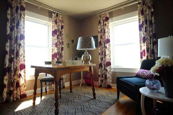 сиреневые шторы с цветочным принтом в интерьере гостиной