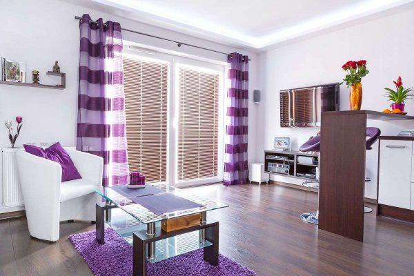 сиреневые шторы с горизонтальными полосками в интерьере гостиной