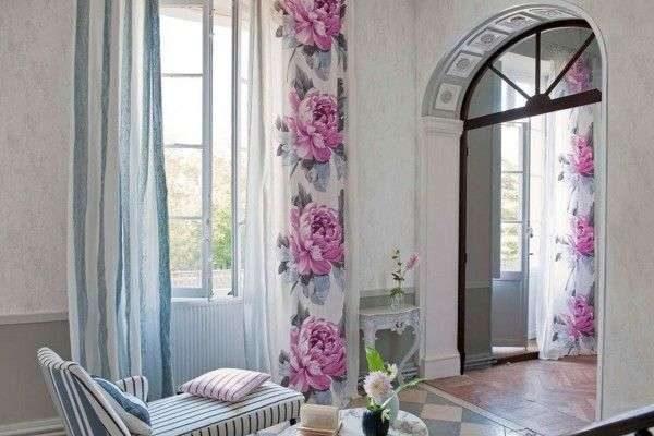сиреневые шторы с цветами в гостиной