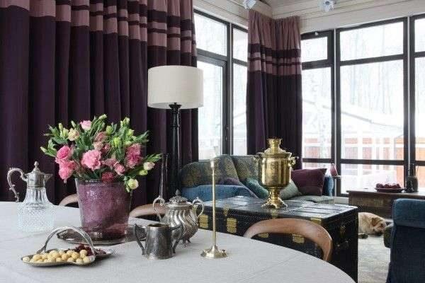 тёмные сиреневые шторы в гостиной