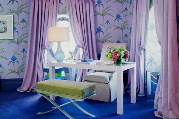 лавандовые шторы в интерьере гостиной с синими стенами