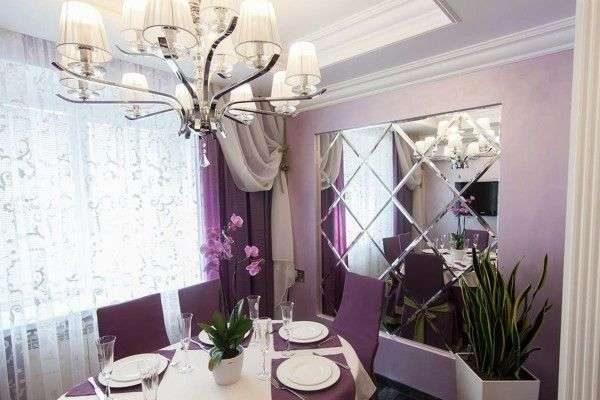сиреневые шторы в интерьере гостиной с зеркалами на стене