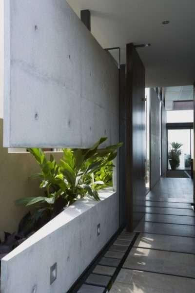 бетонная стена в интерьере прихожей в квартире