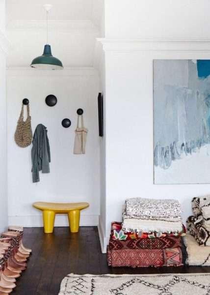яркий стульчик в интерьере прихожей в квартире
