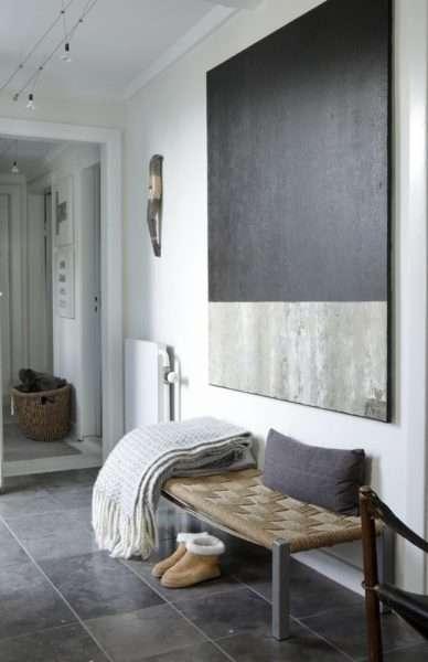 зеркала и скамья в интерьере прихожей в квартире
