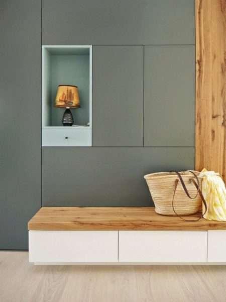 стильный серый шкаф с нишей для светильника в прихожую