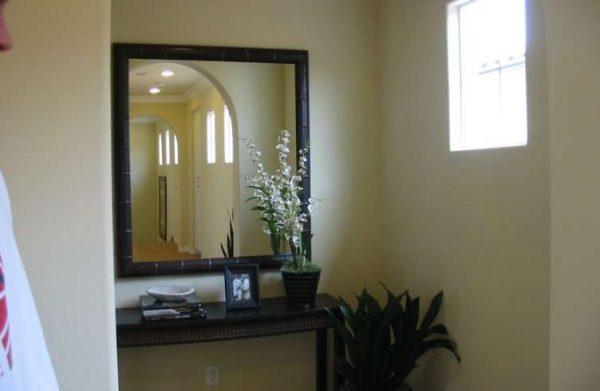зеркало возле окна в прихожей по фен шуй