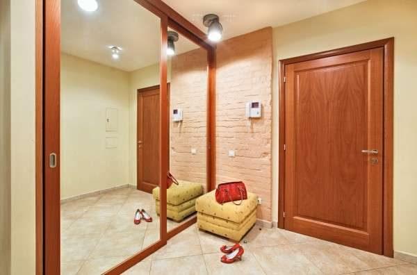 огромное зеркало на дверях шкафа купе в прихожей по фен шуй