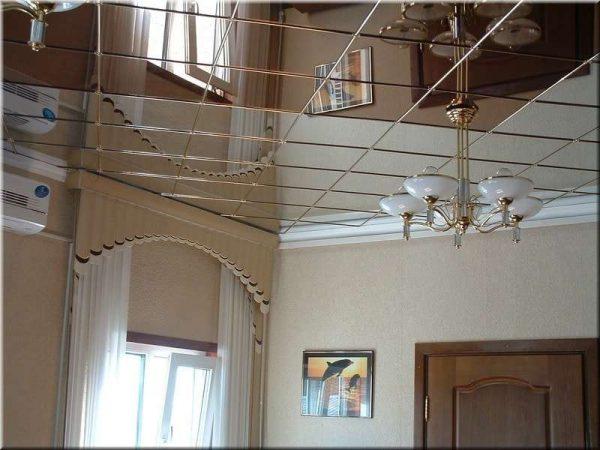потолок из зеркальной плитки в прихожей