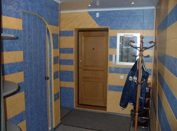 голубые жидкие обои в коридоре