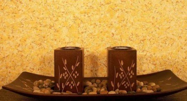 жидкие обои песочного цвета в коридоре