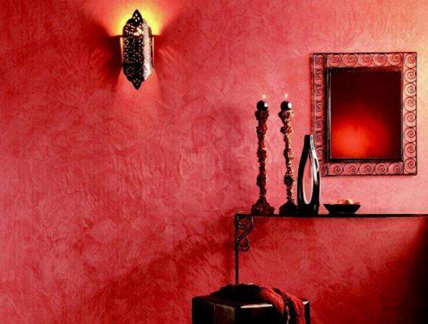 красные жидкие обои в коридоре