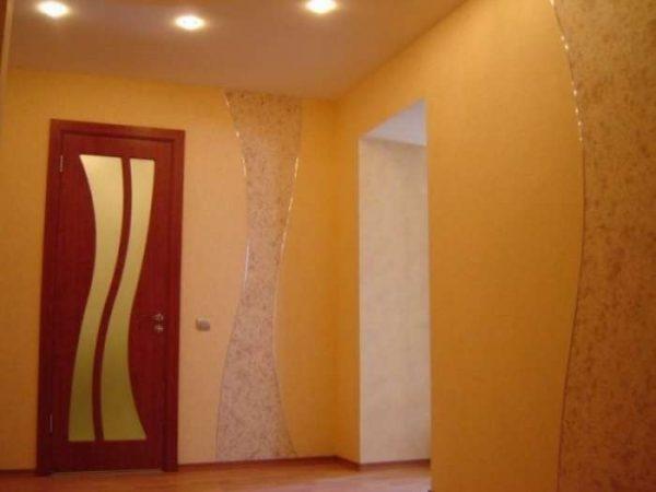 жидкие обои бежевого цвета в коридоре