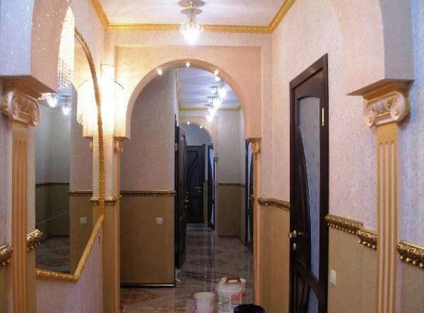 бежевые жидкие обои в коридоре