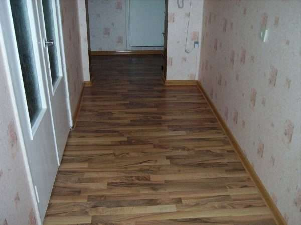 полы из ламината в коридоре панельного дома