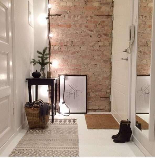 кирпичная кладка в коридоре в квартире