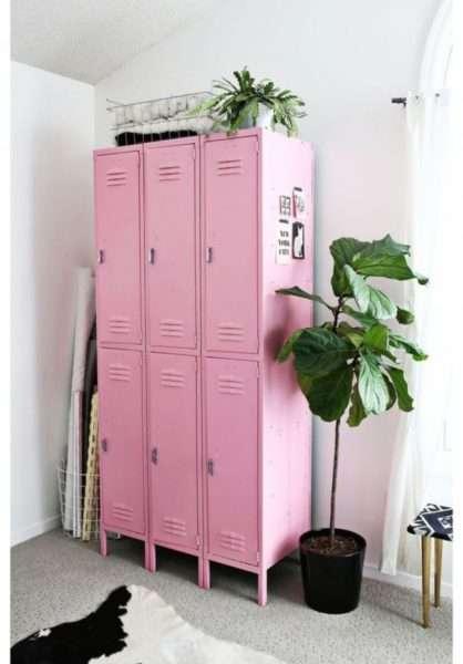 стильный розовый шкаф в коридоре в квартире