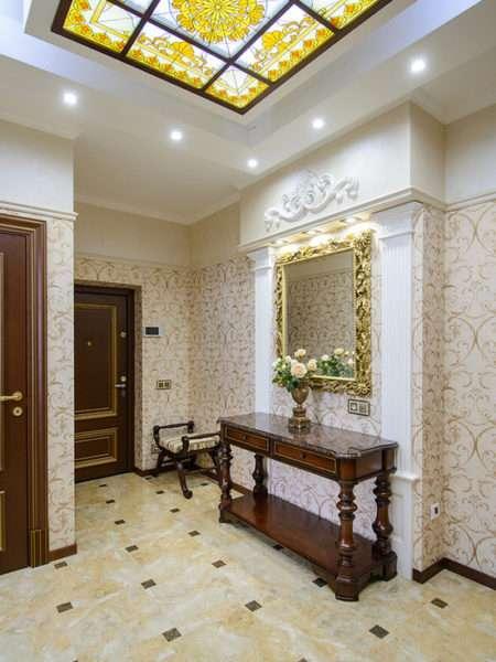 потолок с подсветкой в прихожей в классическом стиле