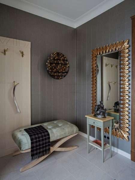 прихожая в классическом стиле c мраморным полом и коричневыми стенами