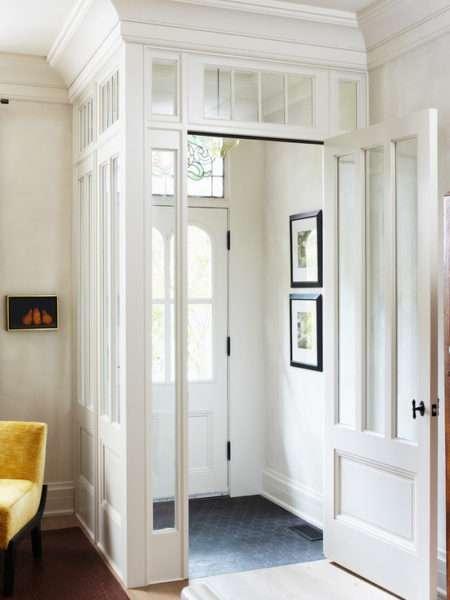 белый коридор в классическом стиле