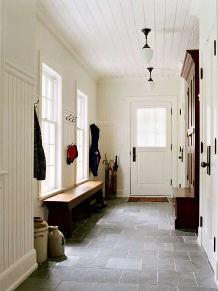 белые стены в прихожей в классическом стиле