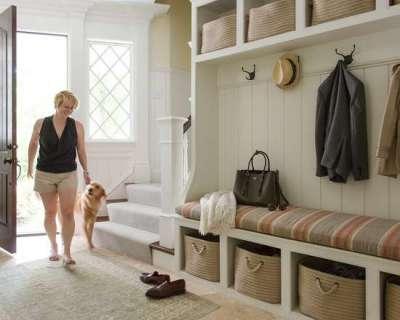 шкаф с открытыми полками в прихожей в классическом стиле