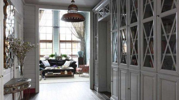 серый интерьер в прихожей в стиле кантри