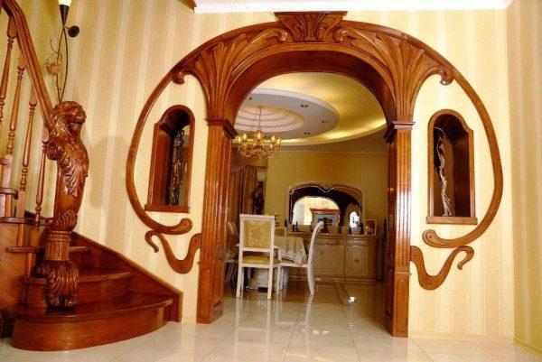 арка с декоративными элементами из дерева для кухни