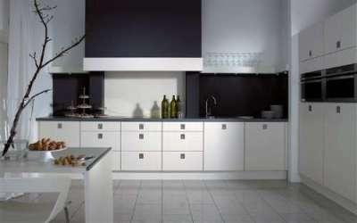 белая кухня с чёрной столешницей в стиле минимализм
