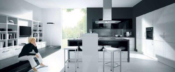 белая кухня с чёрной столешницей в стиле авангард