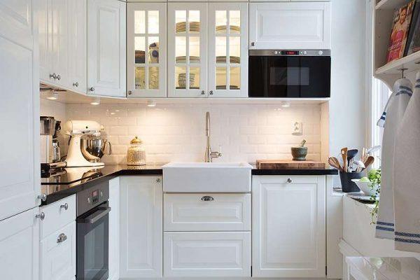 белая кухня классика с чёрной столешницей
