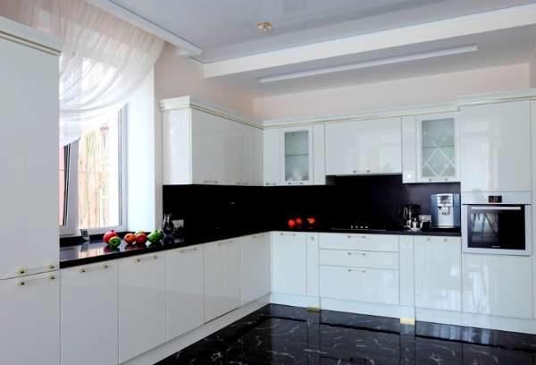 чёрный фартук и столешница на белой кухне