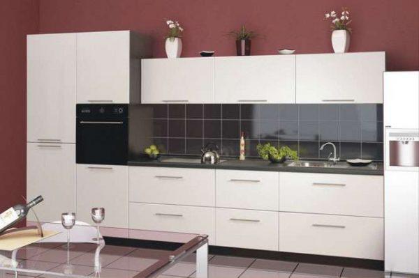 удачное сочетание чёрной столешницы и чёрного фартука на белой кухне