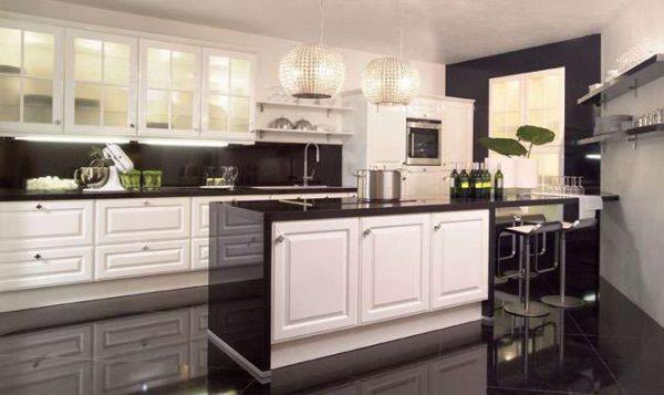 классическая белая кухня с чёрной столешницей