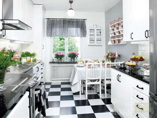 белая кухня с чёрной столешницей и полами шахматами