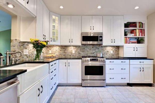 угловая белая кухня с чёрной столешницей