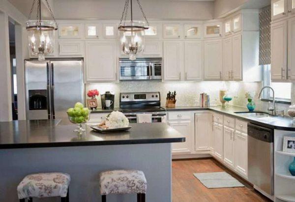 белая кухня до потолка с чёрной столешницей